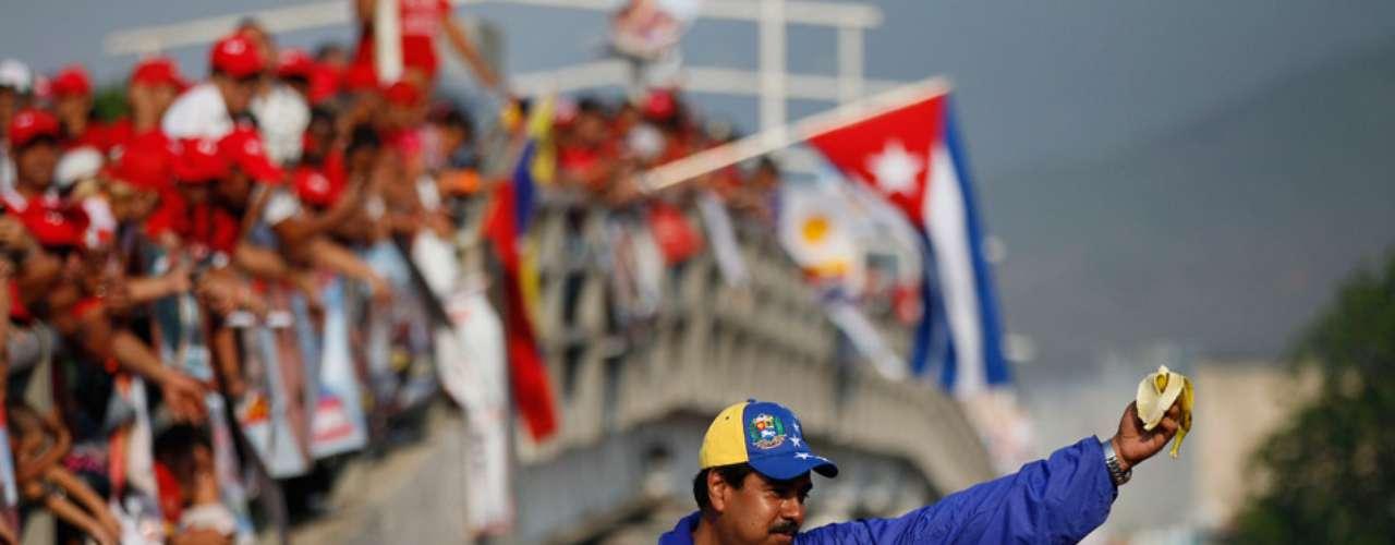 En febrero, pese a que la campaña oficialmente no había comenzado y Chávez aún estaba con vida, Maduro lanzó como insignia del oficialismo una gorra tricolor nacional, muy similar a la que usó Capriles en la pasada campaña presidencial. Maduro dijo que las gorras revolucionarias no se las pueden robar la oligarquía ni los burguesitos sifrinoides.