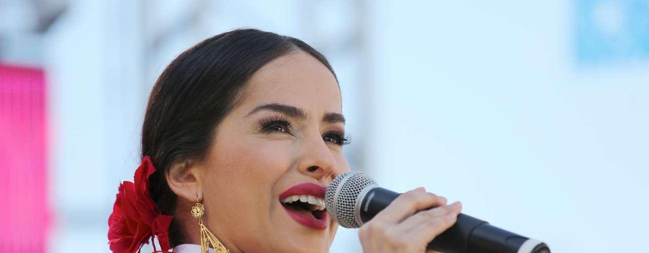 La belleza y la voz de Danna García dejaran huella en la ceremonia, de la cual ella es presentadora.
