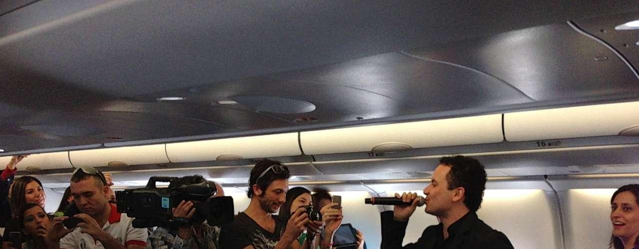 Luego de una hora de vuelo, los músicos de Fonseca, quienes se encontraban sentados entre los pasajeros, sacaron sus instrumentos y empezaron a tocar.