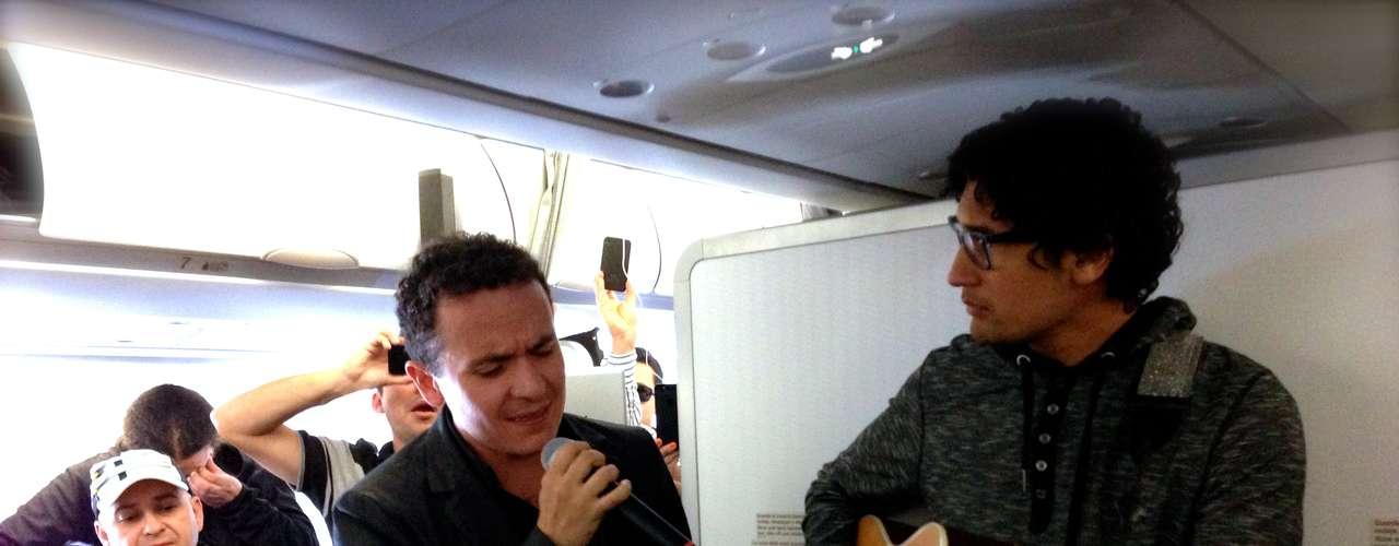 La voz del cantante colombiano retumbó por cada rincón de la aeronave.