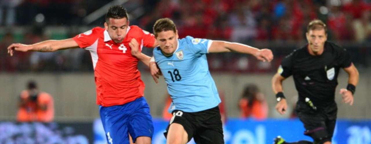 Después de formar parte de la selección uruguaya Sub 20, en 2010 recibió su primer llamado a la absoluta.