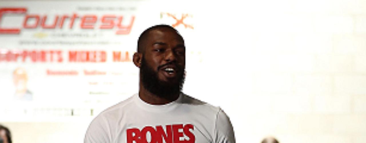Jon Bones Jones, nacido en Rochester, Nueva York, es el campeón semicompleto. Pesa 93 kilogramos, mide 1.93 metros y tiene 25 años.