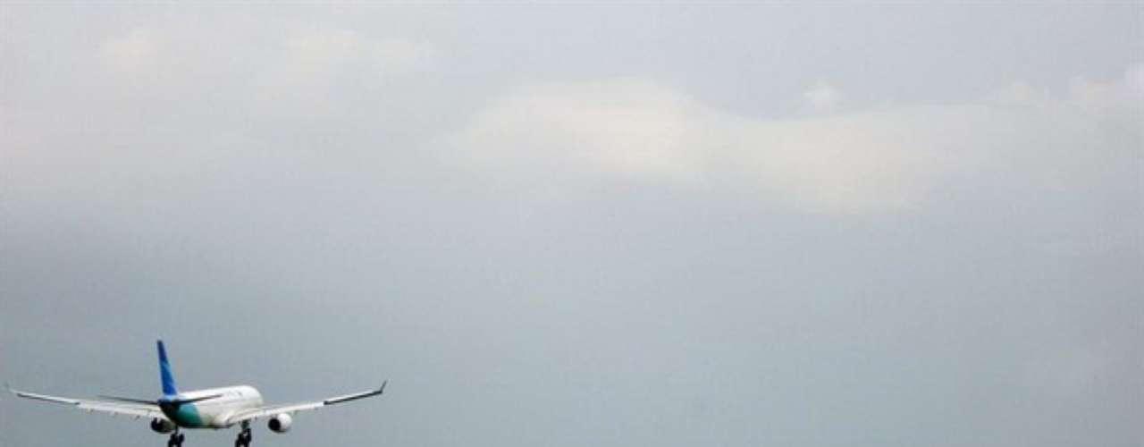 El director general de aviación del ministerio de Transporte, Harry Bakti Gumay, informó que el avión se pasó de la pista y cayó al mar desde una altura de 50 metros (55 yardas). Se desconoce la causa del accidente y se inició una investigación, agregó.