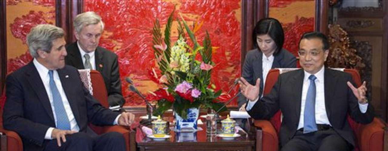 """El paso de Kerry por la capital china se considera crucial en la situación actual, ya que EEUU espera que China aumente su influencia sobre su aliado norcoreano y le disuada de cumplir su amenaza de lanzar un misil de forma inminente, algo que el secretario de Estado ha calificado en reiteradas ocasiones de """"enorme error"""". Fuente: EFE"""