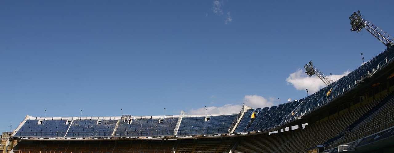El Estadio Alberto J. Armando, mejor conocido como La Bombonera de Boca, ocupa la novena posición. Fue inaugurado en 1940.