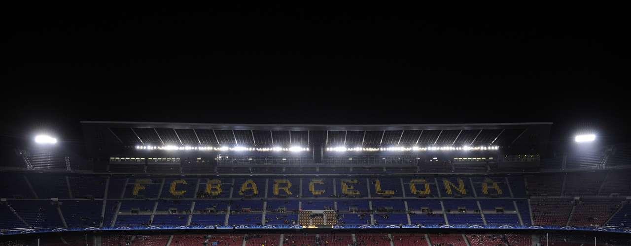 El Camp Nou, es la casa del Barcelona y que fue inaugurado en 1957 y con una capacidad de 99 mil 354 personas.