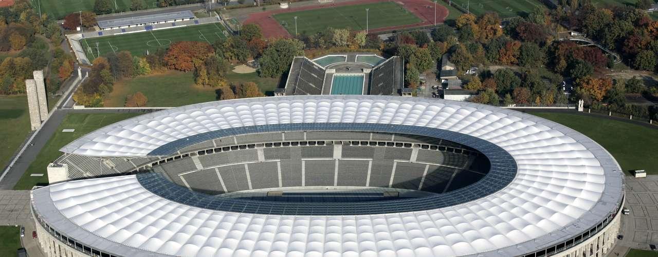 En la sexta posición está el Olímpico de Berlín, un estadio que se inauguró en 1936, pero que su imagen actual fue realizada para el Mundial del 2006.
