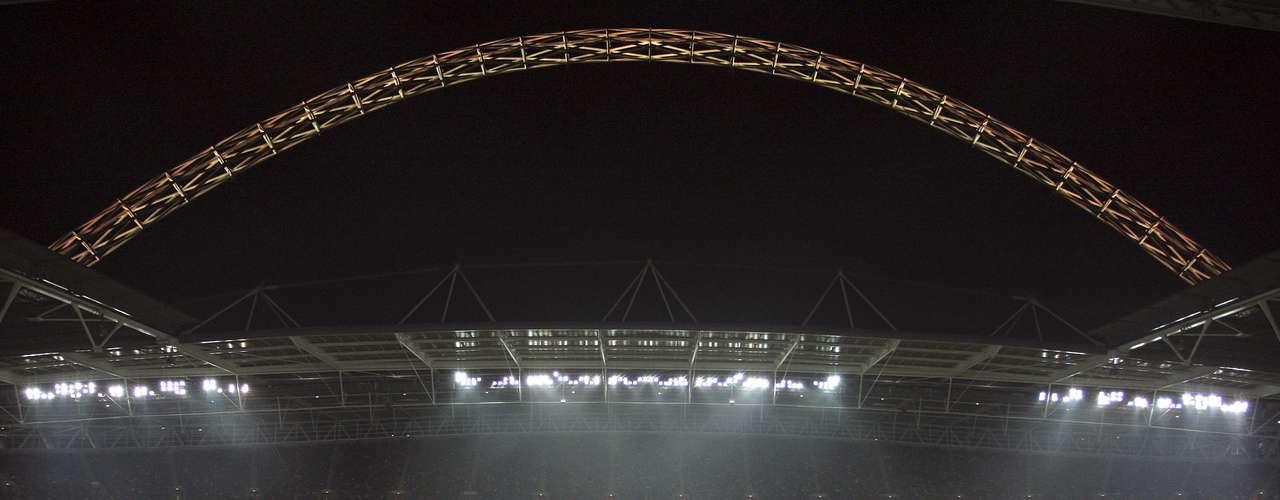El Estadio de Wembley, la catedral del futbol, es segundo en la lista de los Estadios más populares, fue inaugurado en 1923 y reinaugurado en el 2007.