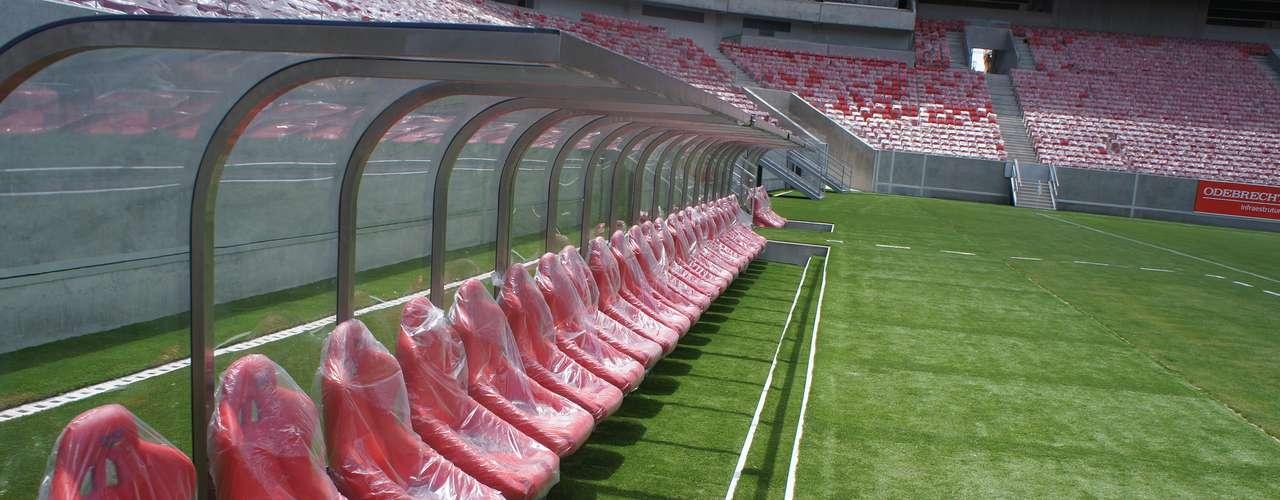 14 de abril de 2013: Las bancas para los reservas ya están colocadas en el césped de la Arena Pernambuco. La apertura oficial del estadio está prevista para el día 22 de mayo, en un amistoso que envolverá el Náutico y otro equipo del Sur/Sudeste o el exterior.