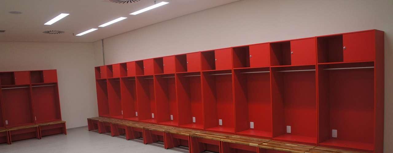 14 de abril de 2013: Los banquillos de los vestuarios ya se encuentran instalados en el Estadio.