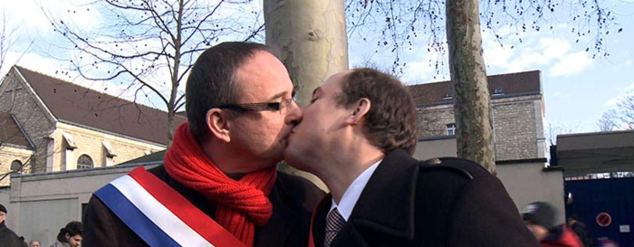 Los besos no distinguen edad, raza o preferencia sexual. Son una manifestación de amor y ternura que debe celebrarse todos los días.