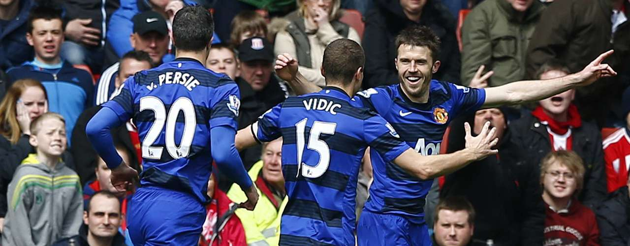 Manchester United's Michael Carrick (R) celebrates his goal against Stoke City with teammates during their English Premier League soccer match at the Britannia Stadium in Stoke-on-Trent, central England, April 14, 2013. REUTERS/Darren Staples