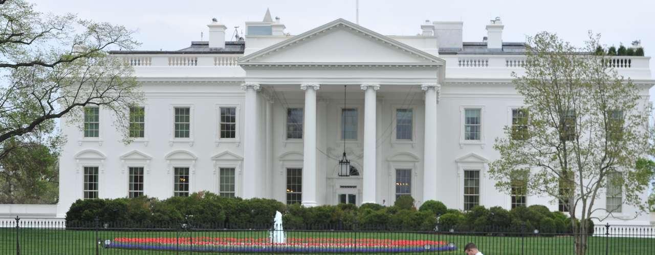 Los peatones, que normalmente pueden transitar frente al enrejado de la residencia del presidente Barack Obama y por el parque Lafayette, han visto cortado el paso con cintas amarillas y con agentes de policía apostados cada 10 metros, según pudo constatar la agencia EFE.