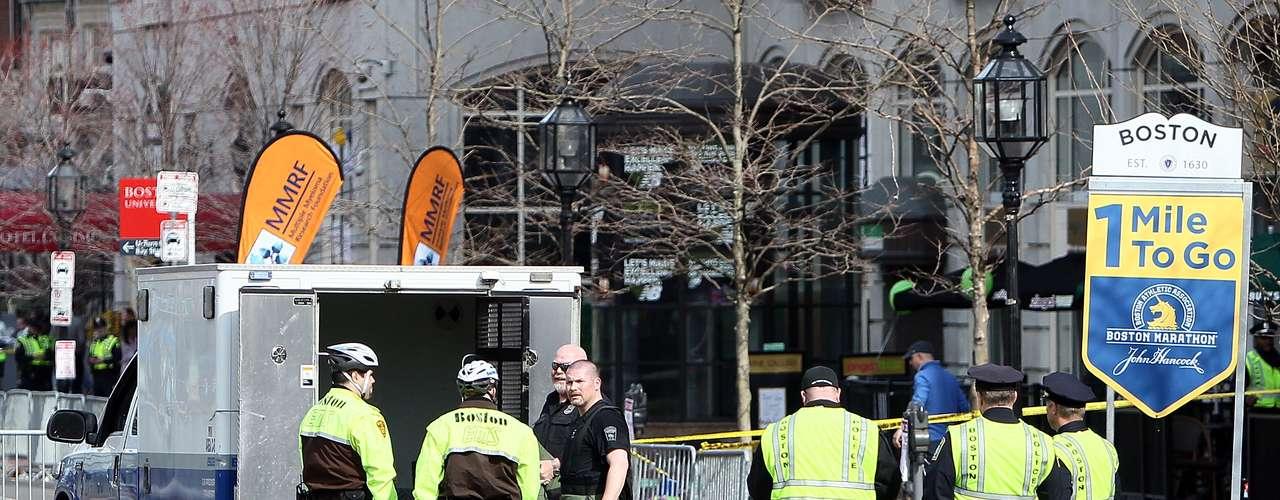 Según CNN, también hay en marcha restricciones al uso del espacio aéreo sobre la ciudad de Boston. Las autoridades en Boston investigan el origen de las explosiones, que tuvieron lugar en torno a las 15.00 hora local (19.00 GMT), cuando había corredores cruzando la línea de meta y decenas de espectadores.