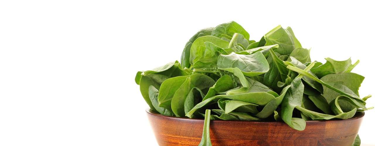 Ácido fólico: conocido como vitamina B9, es necesaria para la formación de proteínas y hemoglobina. Se recomienda durante la primera etapa de gestación y a las mujeres que planean quedar embarazadas. Alimentos recomendables: Vegetales de hoja verde, lentejas y frijoles, espárragos, brócoli, entre otros. (Información de BBC)