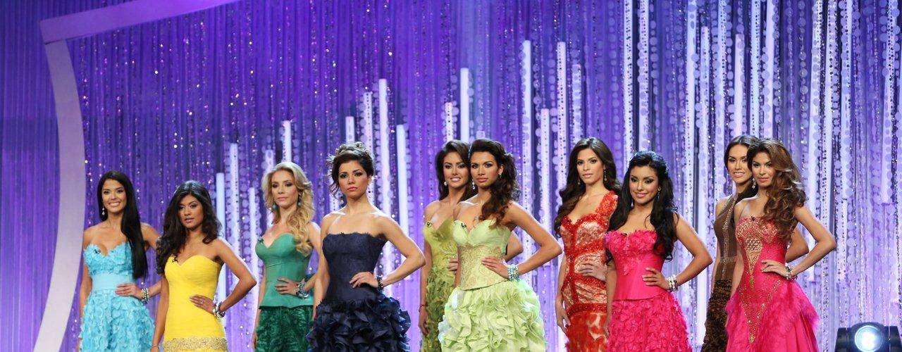 Así mismo, las concursantes tuvieron la oportunidad de lucir sobre el escenario trajes del diseñador peruano Carlos Vigil.