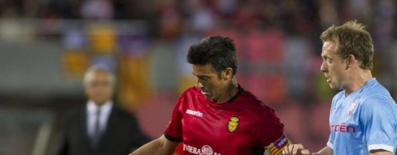 El central del RCD Mallorca Pep Lluís Martí (i) disputa el balón al centrocampista danés del Celta de Vigo Michael Krohn-Dehli (d), durante el partido de la trigésimo primera jornada de Liga de Primera División que se juega esta noche en el Iberostar Estadio