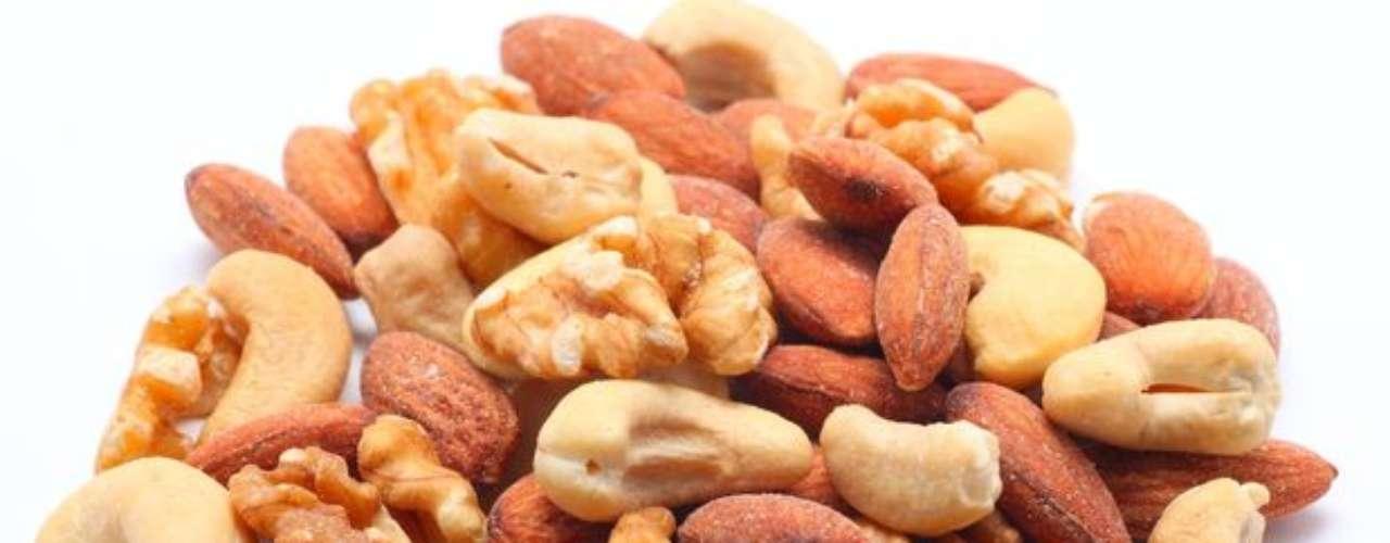 Magnesio: ayuda a mantener el ritmo natural del corazón, ayuda a procesar la glucosa en energía y es necesario para la metabolización del calcio y la vitamina C. Alimentos recomendables: Productos lácteos, moluscos, frutos secos, cereales, entre otros.