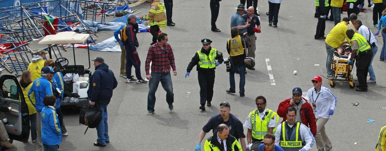 Personal médico retira a los heridos tras las explosiones ocurridas en la línea de meta de la maratón de Boston.