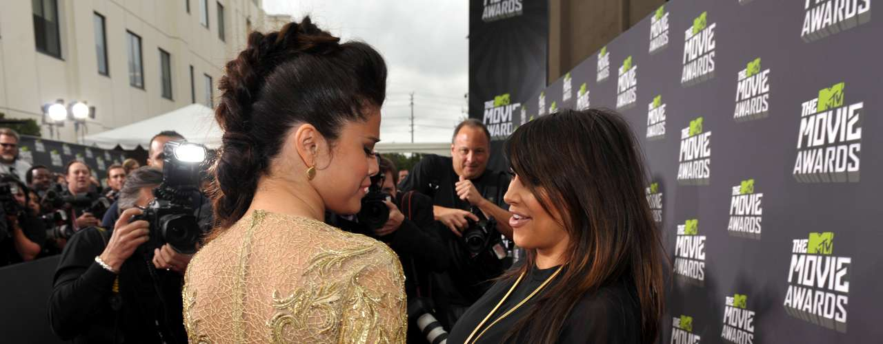 Selena Gomez se acercó a Kim para saludarla y tocar sus grandes curvas