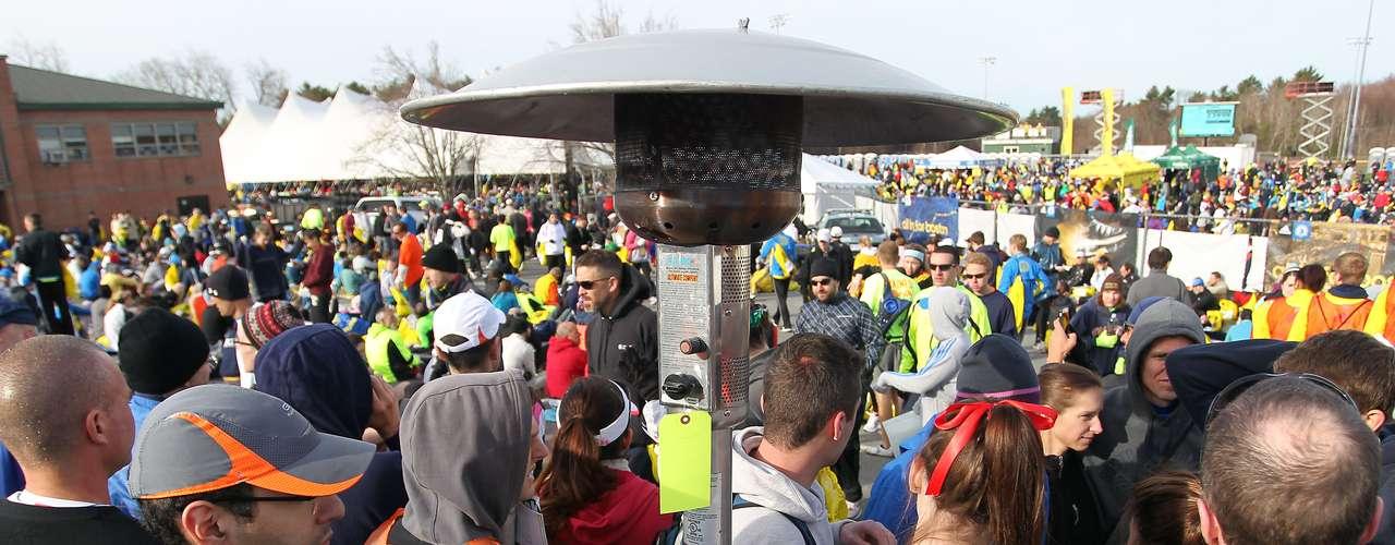 En la previa de la competencia, un grupo de corredores trata de combatir el frío al lado de un \