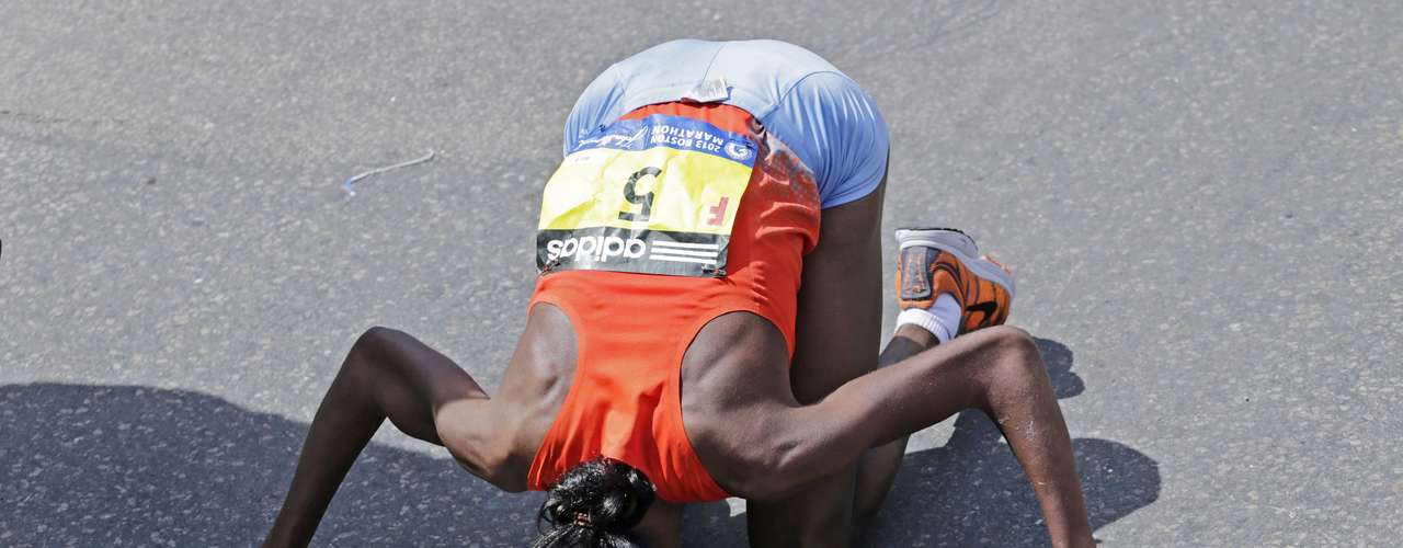 La keniata Jeptoo besa el suelo después de convertirse en la ganadora de la maratón entre las mujeres.