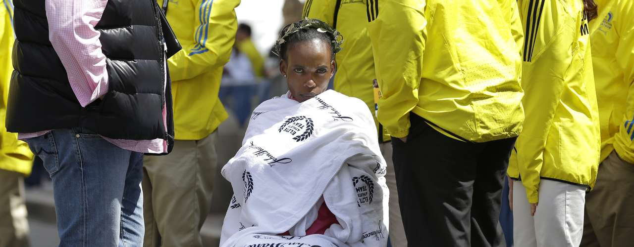 Ya con el triunfo consumado, la ganadora espera por la premiación cubierta con toallas para protegerse del frío.