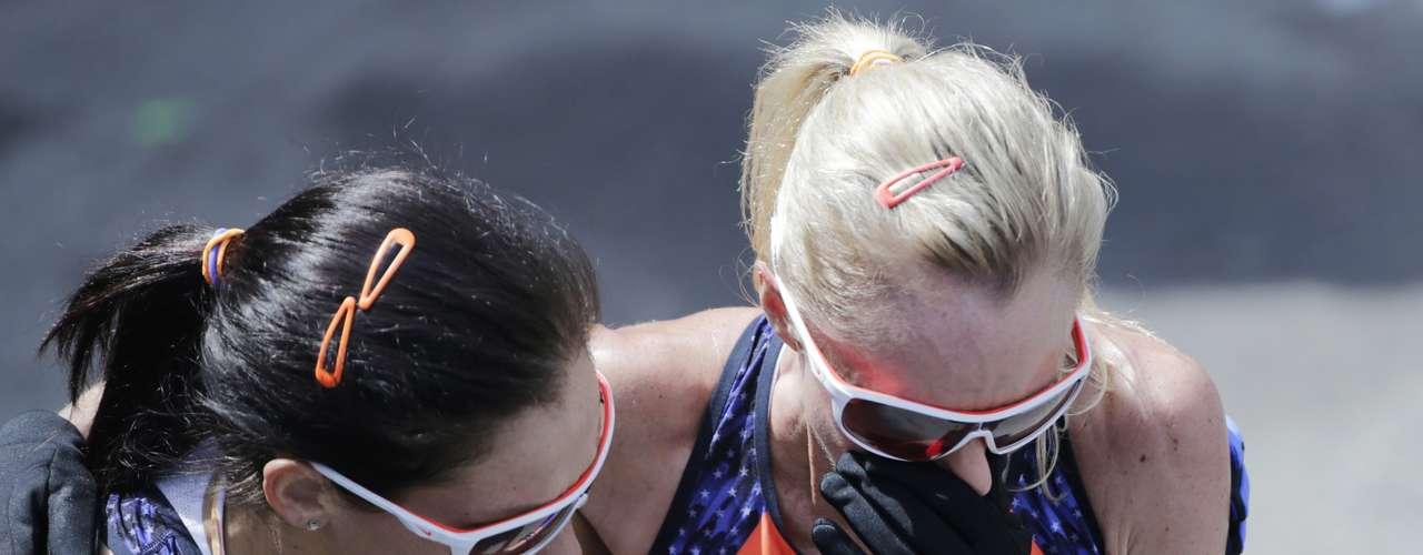La estadounidense Kara Goucher (izquierda), que finalizó sexta, se abraza consu compatriotaShalane Flanagan, que celebró el cuarto lugar en la competencia envuelta en llanto.