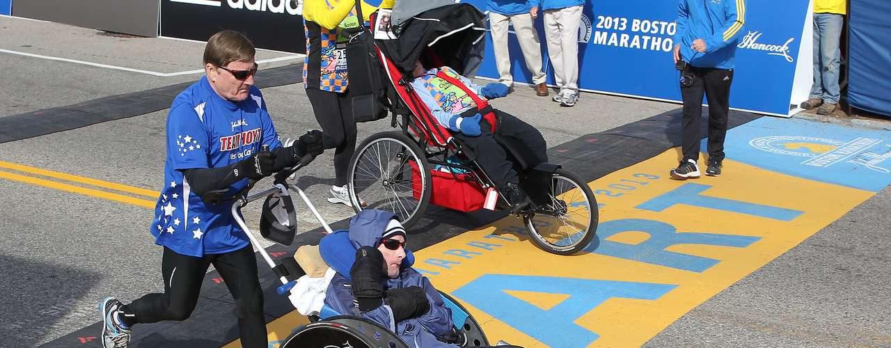 La competencia, que incluyó la disciplina para atletas en sillas de rueda, también sirvió como homenaje para recordar a los fallecidos en lamasacre de la Escuela Primaria de Sandy Hook, Newton, el pasado 14 de diciembre.