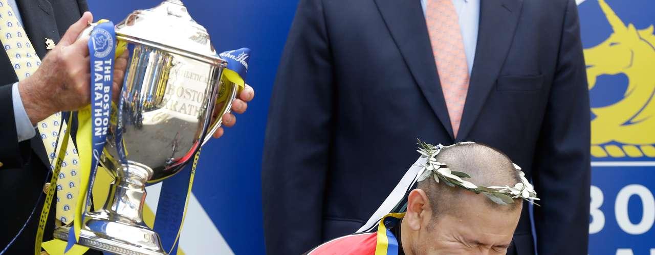 El japonés Hiroyuki Yamamoto llora en la ceremonia de premiación luego de imponerse en la prueba de atletas en sillas de rueda.