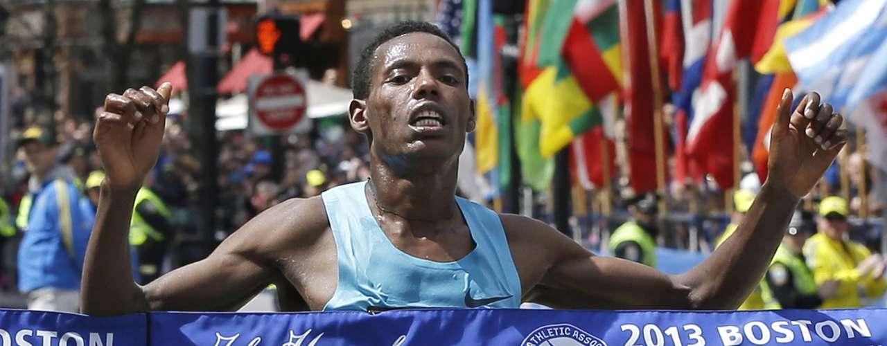 El etíopeDesisa cruza la meta y se consagra campeón del maratón. El joven atleta, de 234 años, empleó un tiempo de 2:10:22, una marca más bien discreta.