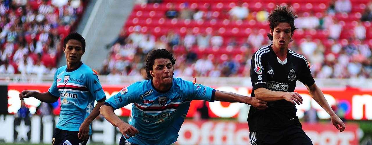 Carlos Fierro fue jalado dentro del área y se señaló un claro penalti a favor de Chivas.