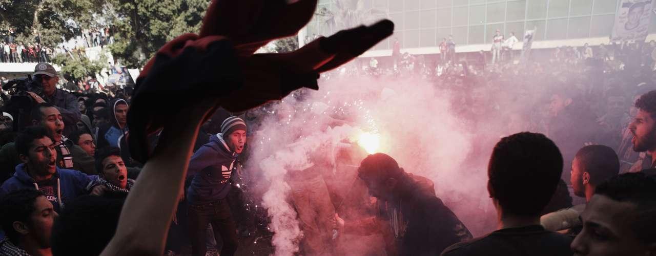 Egipto. Al menos 74 personas murieron y decenas más resultaron heridas el 1 de febrero de 2012 en tumultos desatados por un enfrentamiento entre seguidores del equipo de balompié local de Al Masri, y del visitante Al Ahlí en un estadio de Port Said