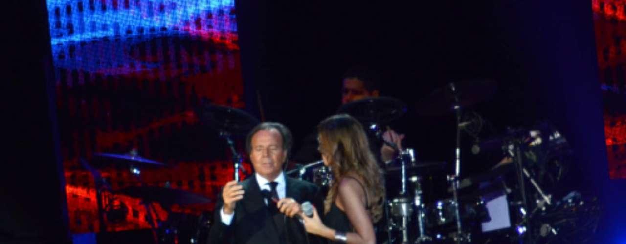 No había pasado ni media hora del inicio del concierto cuando Julio Iglesias tuvo que parar su actuación. \
