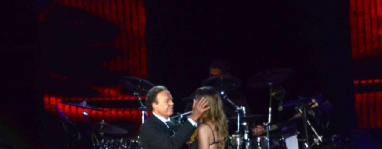 Aunque casado junto a Miranda desde el 2010, el artista no tuvo reparos a la hora de regalarle a sus compañeras de escenario numerosas muestras de 'cariño'.