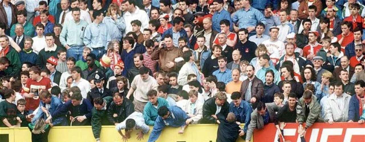 La tragedia deHIillsborough. Se conoce como la Tragedia de Hillsborough el suceso ocurrido el 15 de abril de 1989, cuando los seguidores del Liverpool y el Nottingham Forest se dirigieron en masa hacia Sheffield, el lugar elegido por la Federación Inglesa para disputar la semifinal de Copa de Inglaterra. La cita fue en Hillsborough, un estadio construido en 1899 entre las calles de una ciudad industrial, un inmueble viejo y mal acondicionado