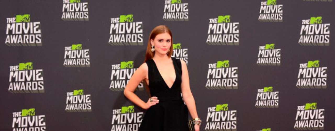 Holland Roden iba muy sexy a los Movie Awards 2013 y a pesar de llevar un vestido negro en forma de A, también enseñó un pequeño pero sugestivo escote