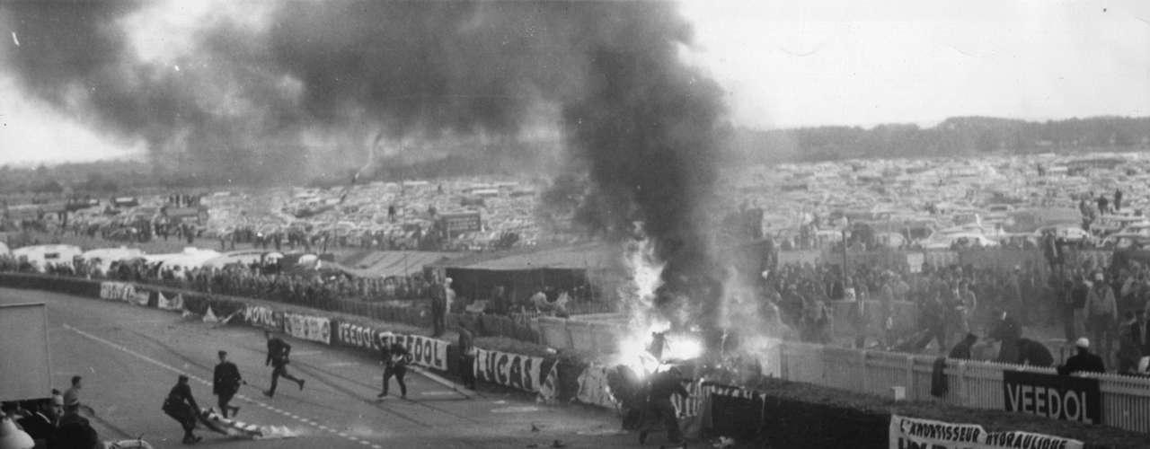 LeMans1955. El 11 de junio de 1955 se vivió una terrible tragedia en las 24 horas de Le Mans tras una explosión que provocó el choque del auto del piloto Pierre Levegh contra la tribuna. Murieron 82 espectadores las el conductor del Mercedes.