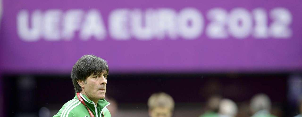 Joachim Low, el actual entrenador de la selección alemana siempre ha sido uno de los candidatos, incluso antes de llegar Mourinho, la cuestión es la misión del alemán parece imposible quitarlo de su puesto hasta que logre algún título para su país.