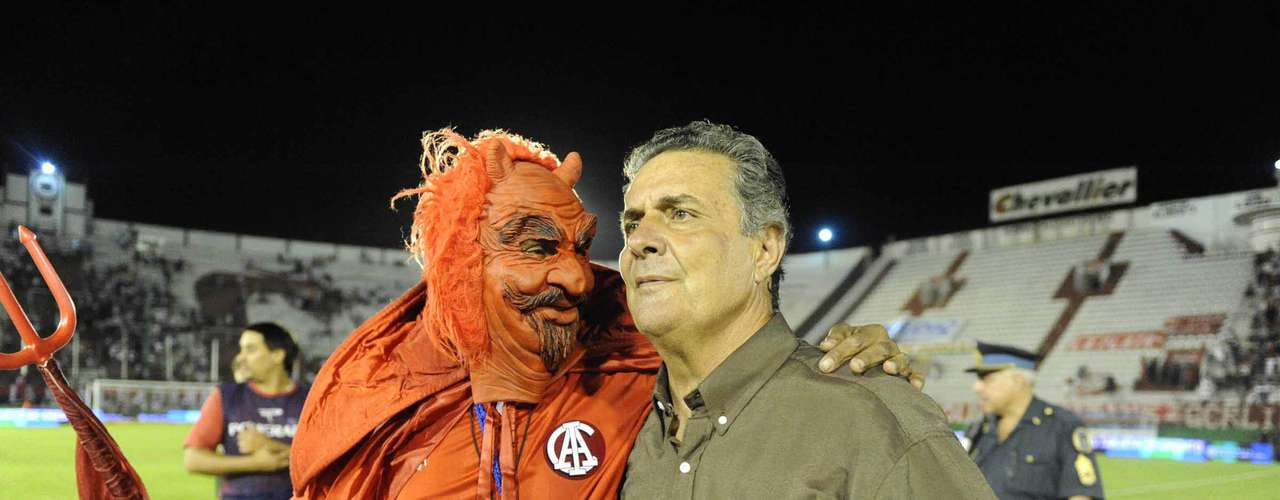 Santoro, el famoso DT interino de Independiente que sacó al equipo de varias crisis, asumiendo en momentos conflictivos como este. Pero esta vez no está dispuesto a volver a ponerse el buzo de DT, y prefiere seguir con sus trabajos con los arqueros.