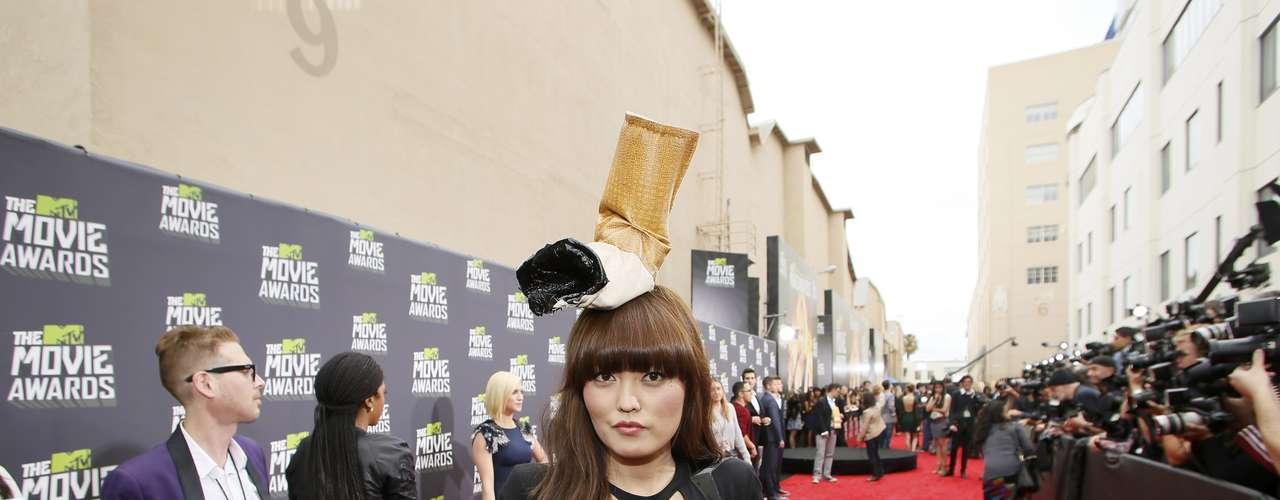 ¿WTH con Hana Mae Lee? La actriz llevó como sombrero un cigarrillo que llamó mucho la atención en la alfombra roja y como es un evento de 'no fumar', Hana 'quizo romper las reglas'