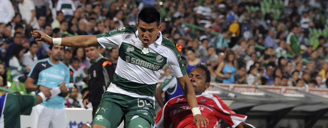 En los primeros minutos en la Comarca, Néstor Calderón metió un servicio por izquierda hacia segundo poste, donde Mario Cárdenas conectó la pelota de volea, pero voló su disparo 'en las barbas' de Talavera, en un duelo en el que Santos Laguna le dio la voltereta 2-1 a Toluca.