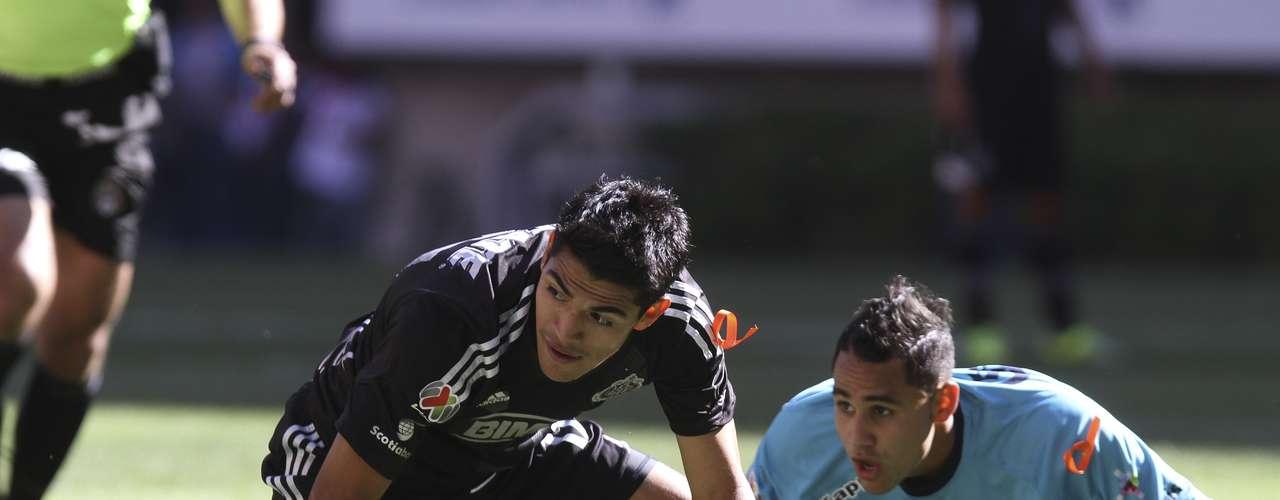 Miguel Sabah dio un pase de taconazo a Rafael Márquez Lugo, quien prolongó para el 'Chapito' Sánchez, que estaba solo y ante el marco, pero voló su disparo.
