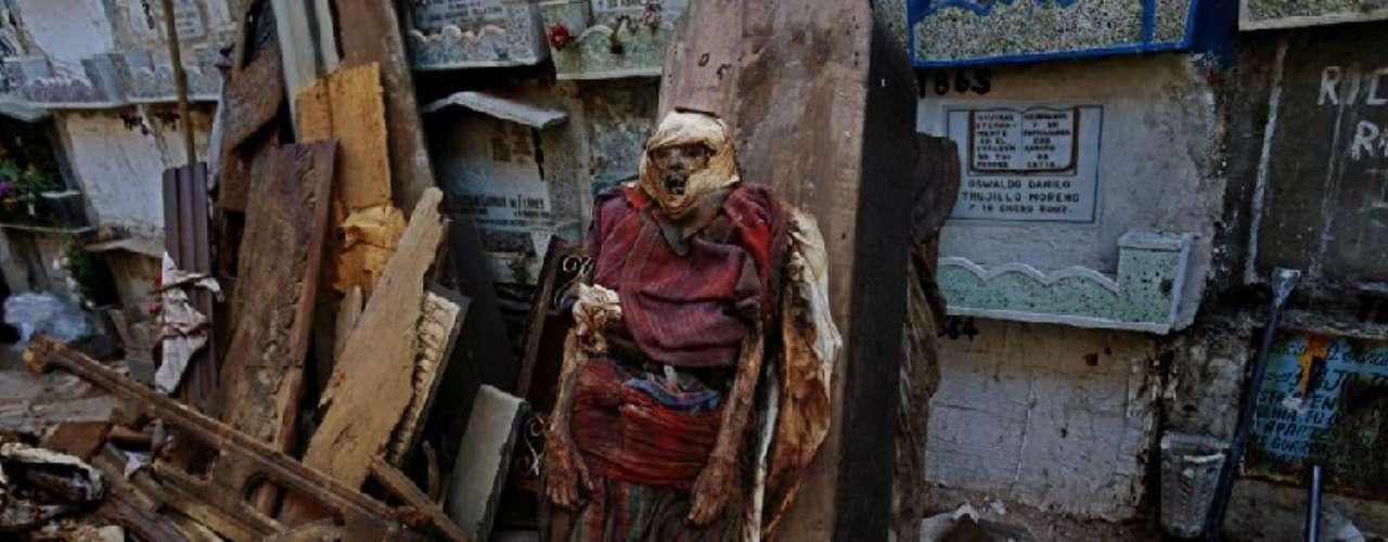 Guatemala Segunda muerte. Exhumaciones en el cementerio. 2007