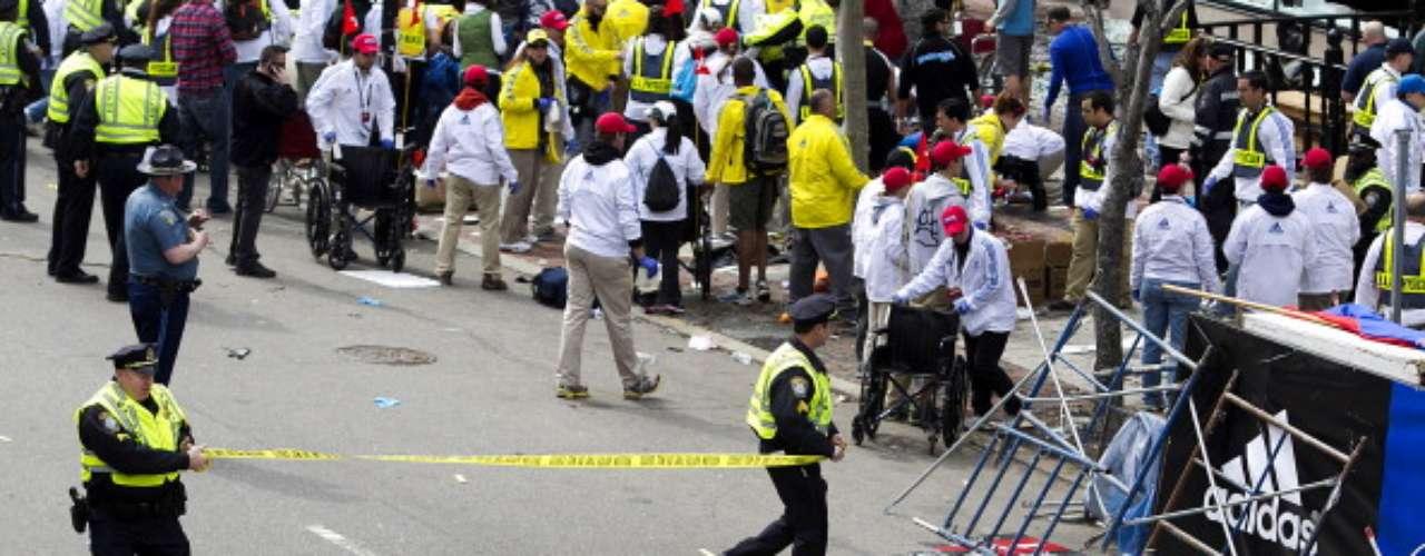 Decenas de ambulancias recogieron los heridos, la mayoría aficionados al atletismo, y los trasladaron a los hospitales más cercanos. \