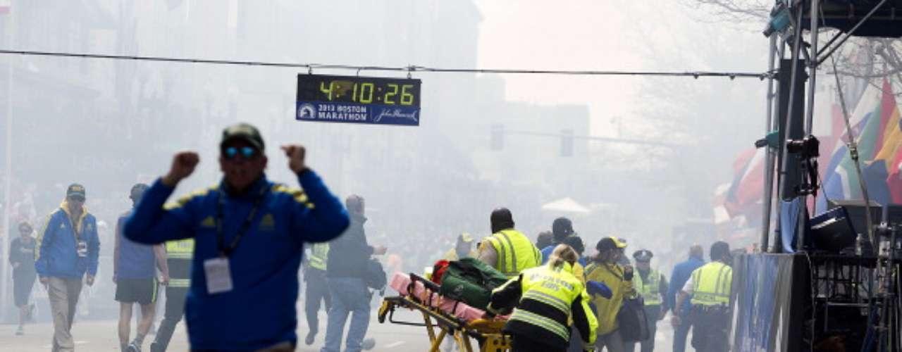 Varias imágenes divulgadas por la cadena CNN y medios localesmostraron los momentos de pánico que se vivieron en la zona de llegada cuando se presentó la detonación de los primeros explosivos que sorprendieron a los presentes.
