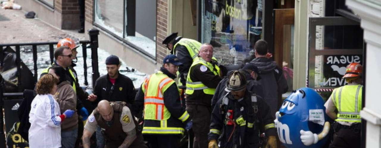 En este punto explotó uno de los artefactos. La policía y expertos en explosivos analizaron el área para determinar qué tipo de arma se utilizó en lo que el FBI ha denominado un \
