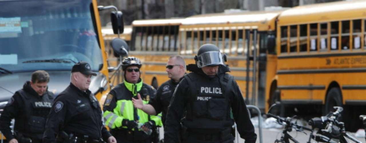 Ed Davis, jefe de la policía, dijo que se presentaron dos explosiones simultáneas en la línea de meta de la maratón, media hora después, se reportó otra detonación en la biblioteca John F. Kennedy, se investiga si este hecho hace parte de los atentados.