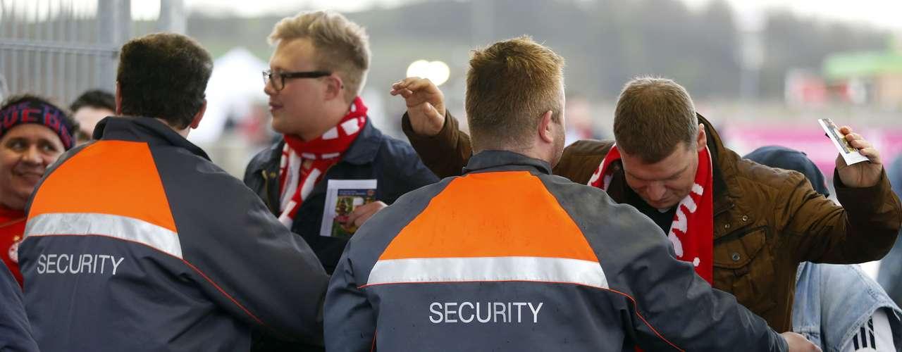 Los aficionados fueron revisados detalladamente, para garantizar la seguridad del evento.