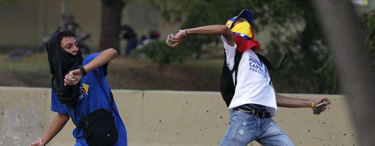 Los universitarios buscaban llegar hacia el oeste de la capital venezolana, donde se localiza la mayoría de los edificios de los Ministerios de Gobierno y el CNE, donde Maduro era proclamado como ganador de los comicios.